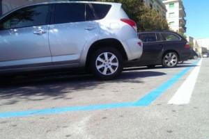 Dipingere Strisce Parcheggio : Strisce rosa al posto delle blu al leoncavallo polemica per