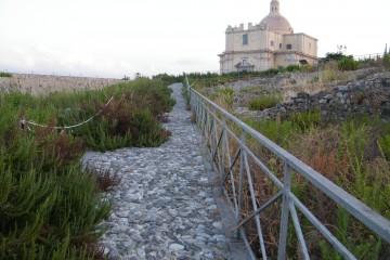Percorsi al castello di Milazzo con erbacce