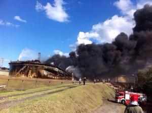 Il serbatoio tk513 poche ore dopo l'incendio del 27 settembre 2014