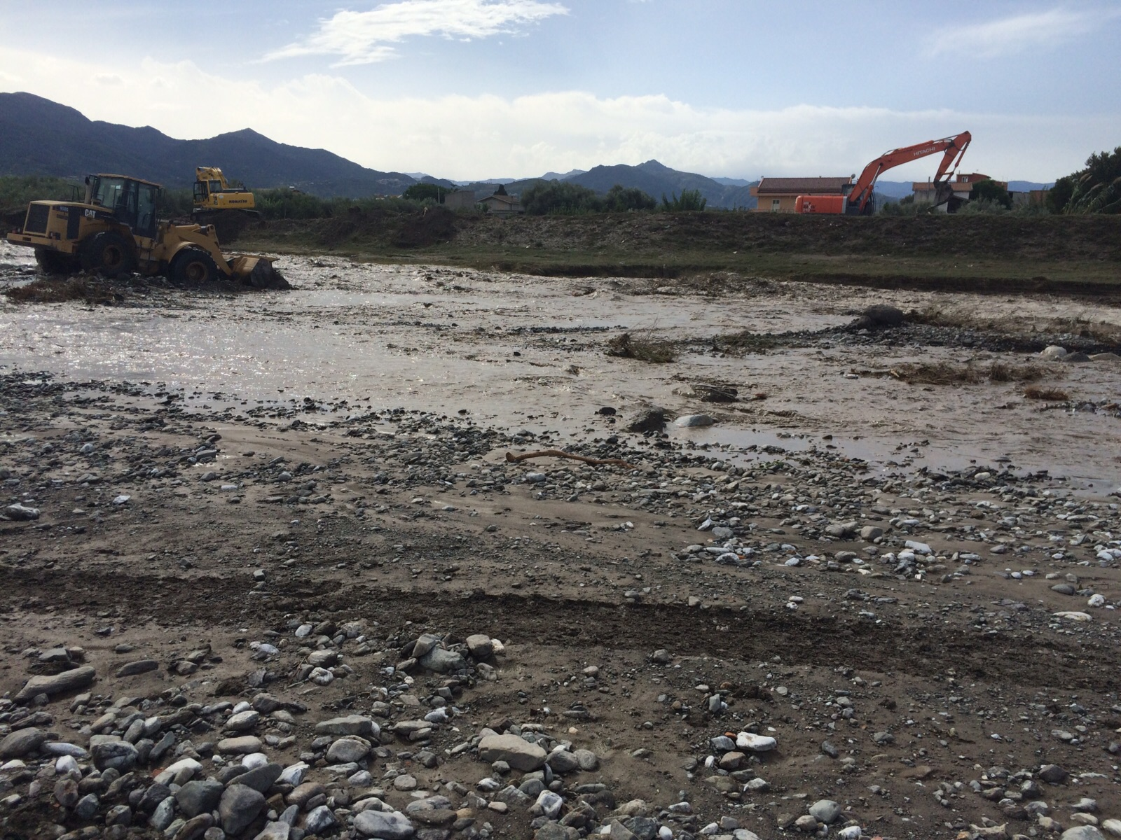 Esonda torrente milazzo nel fango diretta foto video for Cabine del torrente grave