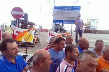 i lavoratori dell'ex compagnia Garibaldi durante una protesta al porto di Milazzo (ARCHIVIO OGGI MILAZZO)
