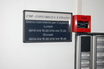 L'ingresso del dipartimento Finanze al municipio di Milazzo