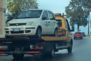 L'auto del comune di Mllazzo rimossa con il carroattrezzi (FOTO ARCHIVIO)