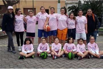 La squadra femminile del Minibasket Milazzo.  A sinistra l'assessore Piera Trimboli. A destra il general manager Nello Principato