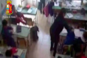 Una delle maestre interdette aggredisce bambino