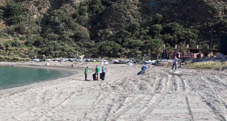 Pulizia della spiaggia a Ponente