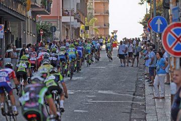 Ciclisti nella via Cristoforo Colombo