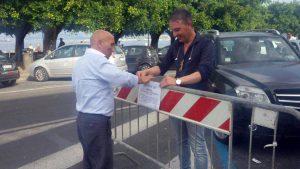 L'assessore Ciccio Italiano e il vice presidente del consiglio Maurizio Capone piazzano i divieti di sosta