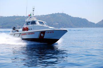 La motovedetta della Guardia Costiera a Capo Milazzo