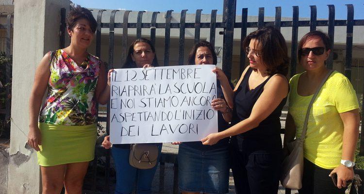 La protesta delle mamme all'ingresso della scuola elementare del Sacro Cuore
