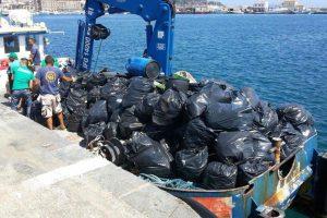 I rifiuti raccolti nelle spiagge di Capo Milazzo (FOTO OGGI MILAZZO)