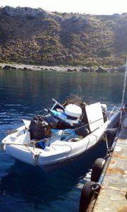 Rifiuti raccolti in una spiaggia di Capo Milazzo visibile sullo sfondo (FOTO OGGI MILAZZO)