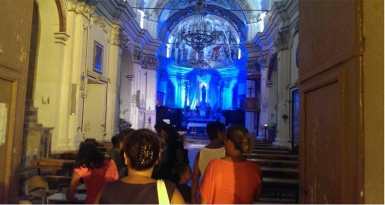 Turisti visitano la chiesa di Santa Maria Maggiore