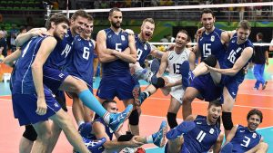 La nazionale del Volley festeggia. A destra, sdraiato, il milazzese Daniele Sottile