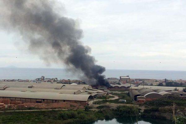 Il capannone in fiamme a Valdina (Foto facebbok - Purevisioni Max Giusy)