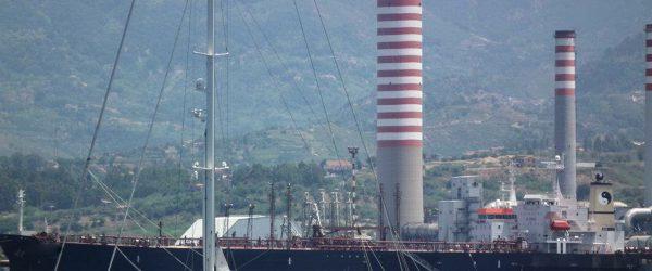 Petroliera ai pontili della Ram (foto archivio facebook/Carmelo Fulco)