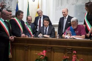 Matteo Renzi firma il Patto per il Sud all'università di Messina