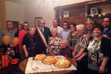Carmela Velardi, seduta al centro, con i familiari e l'assessore Giovanni Di Bella