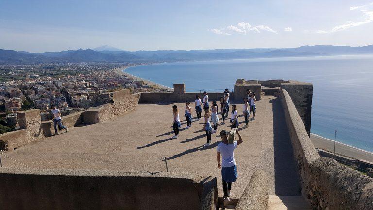 Video, al Castello di Milazzo si balla al ritmo di Enrique Iglesias