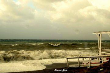 Milazzo, il mare di Ponente mosso da raffiche vicine ai 100 km/h