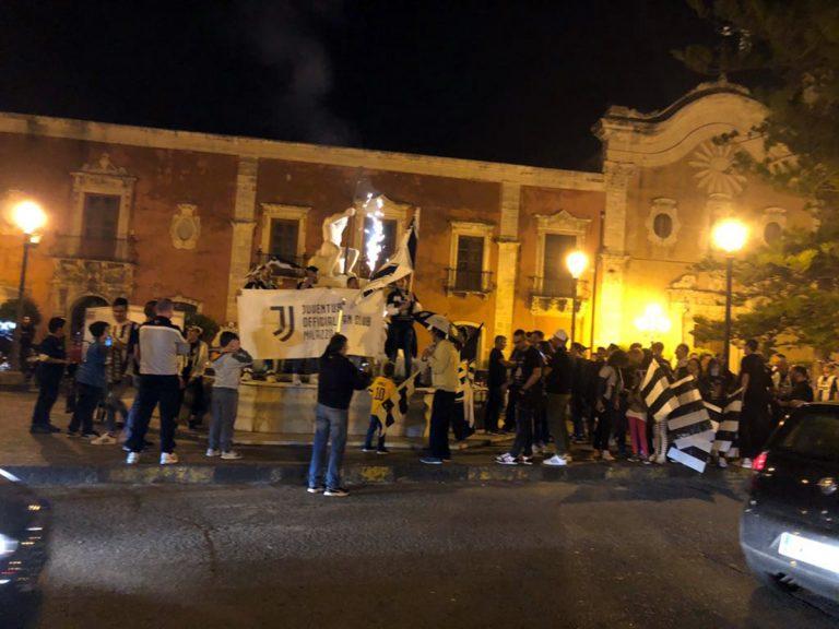 Milazzo, juventini festeggiano settimo scudetto con bagno a Piazza Caio Duilio