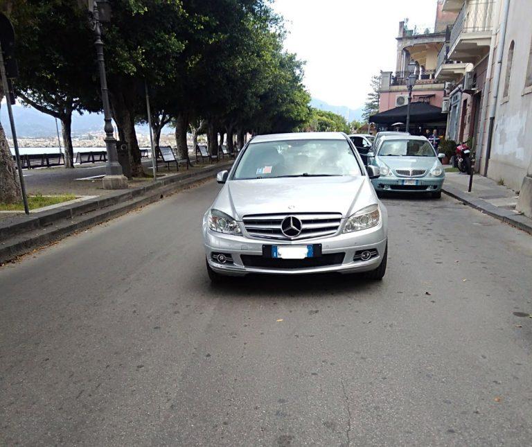 LA FOTO. Milazzo, in Marina Garibaldi si parcheggia in mezzo alla strada
