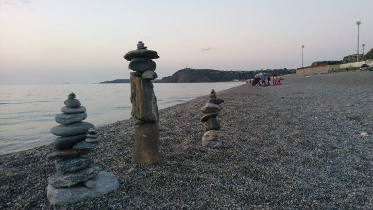 """Riviera di Ponente """"invasa"""" da sculture di pietra"""